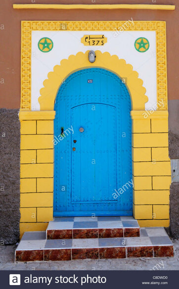 une-porte-dans-la-medina-tiznit-region-de-souss-massa-draa-maroc-c8dwd0